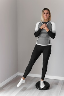 Frau in der fitnesskleidung, die übungsvoransicht tut