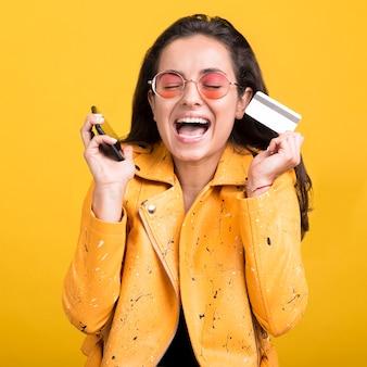 Frau in der gelben jacke glücklich über verkäufe