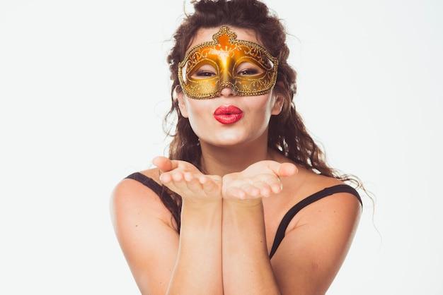 Frau in der goldenen maskenaufstellung