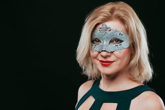 Frau in der grauen karnevalsmaske