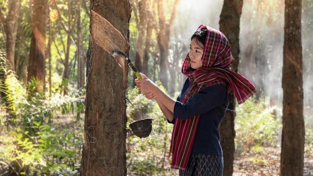 Frau in der gummiplantage