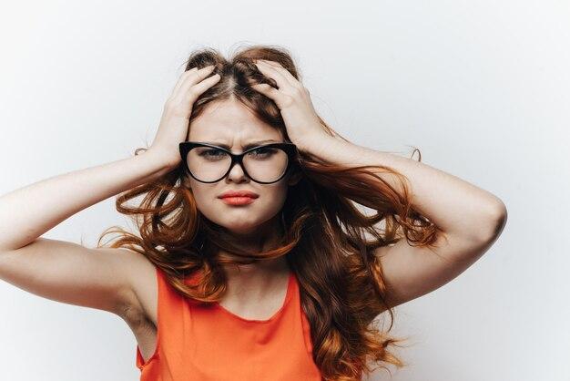Frau in der klassischen geschäftsbrille, helle wand
