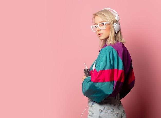 Frau in der kleidung der 90er jahre mit kopfhörern