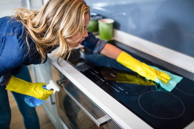 Frau in der küche aufräumen