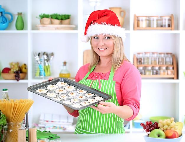 Frau in der küche beim kochen von weihnachtskeksen