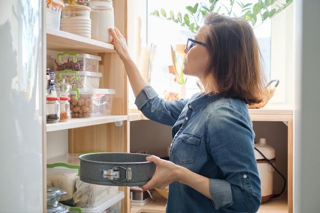 Frau in der küche speisekammer