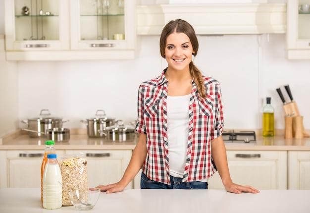 Frau in der küche wird frühstück vorbereiten.