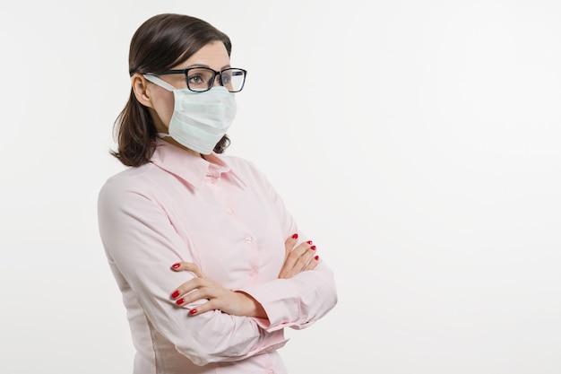 Frau in der medizinischen maske, profil betrachtend