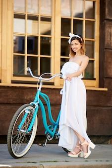 Frau in der nähe ihres fahrrads