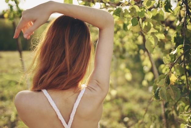 Frau in der nähe von apfelbäumen naturfrucht in der nähe des lebens