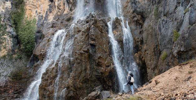 Frau in der natur am wasserfall