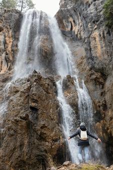 Frau in der natur am wasserfall Kostenlose Fotos