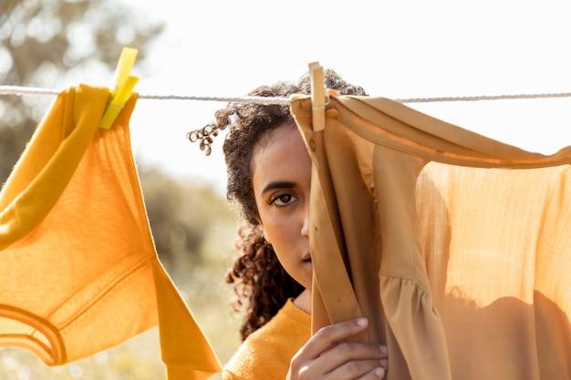 Frau in der natur mit wäscheleine
