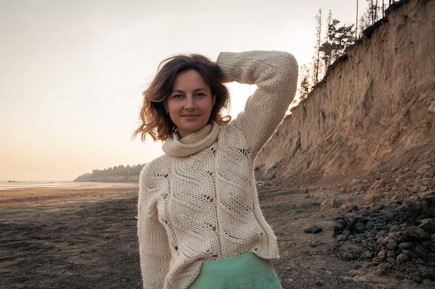Frau in der natur posieren