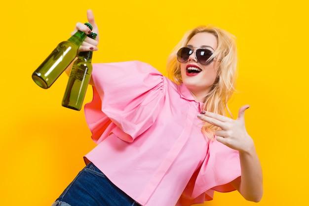 Frau in der rosa bluse mit sonnenbrille und bier
