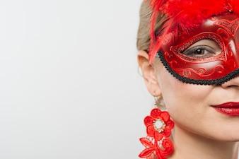 Frau in der roten Karnevalsmaske