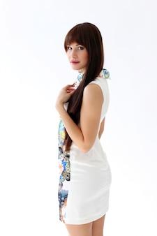 Frau in der schönen kleideraufstellung