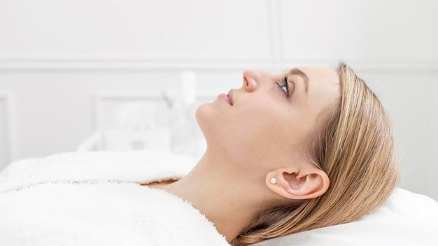 Frau in der schönheitsklinik zur behandlung