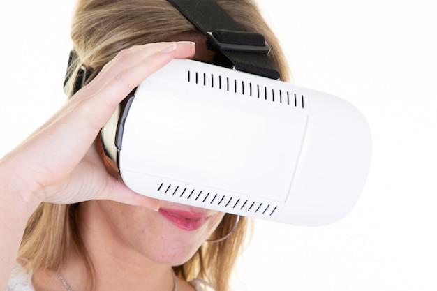 Frau in der schutzbrillenmaske, die virtuelle realität vr als neues unterhaltungsgerät erfährt