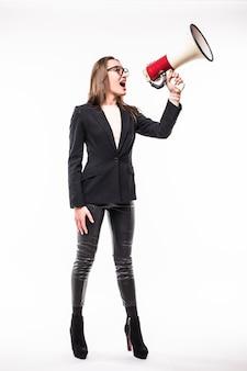 Frau in der schwarzen suite, die auf einem megaphon schreit, das über weiß isoliert wird