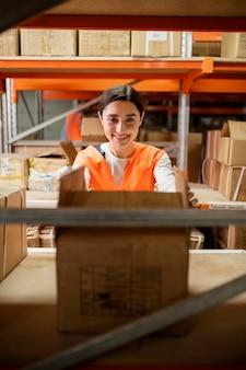 Frau in der sicherheitsausrüstung, die arbeitet
