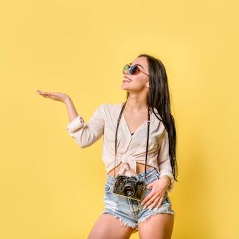 Frau in der sommerabnutzung mit kamera