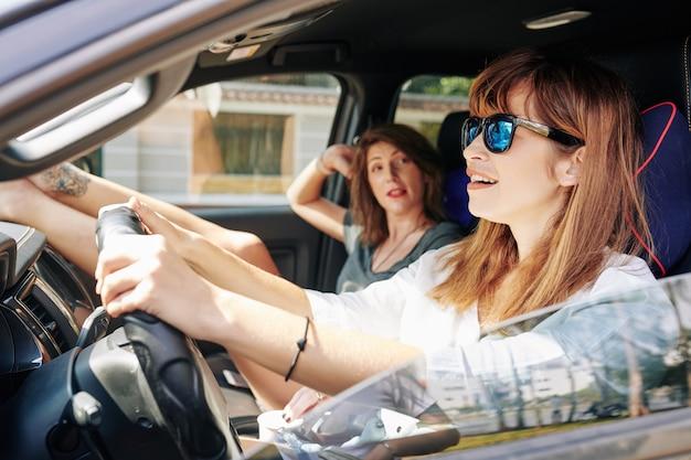 Frau in der sonnenbrille, die auto fährt