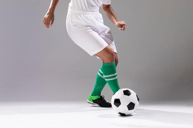 Frau in der sportkleidung, die mit ball spielt