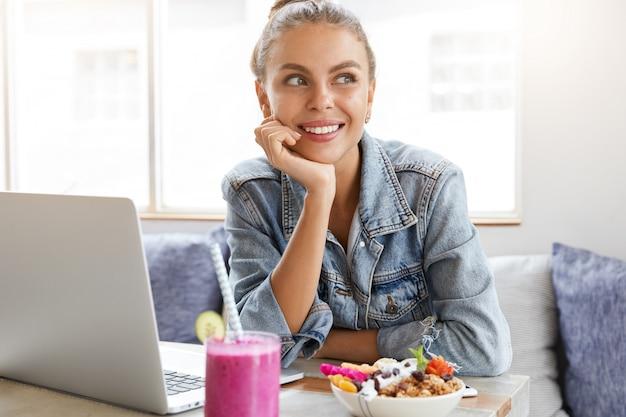 Frau in der stilvollen jeansjacke im coffeeshop