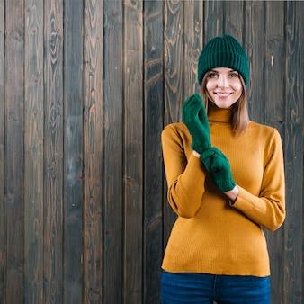 Frau in der strickjacke handschuhe anziehen