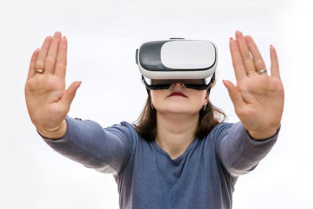 Frau in der virtuellen brille, die etwas mit händen hält