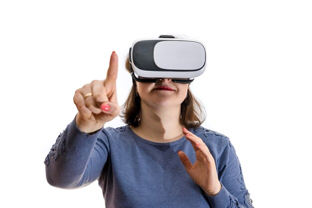 Frau in der virtuellen brille isoliert