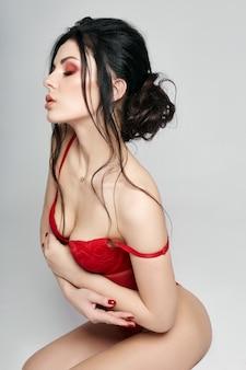 Frau in der wäsche, überzeugtes starkes sexy mädchen.