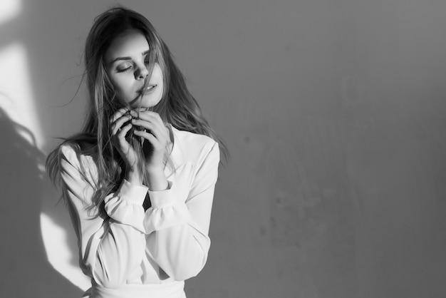 Frau in der weißen kleidermode, die lebensstilromantik aufwirft