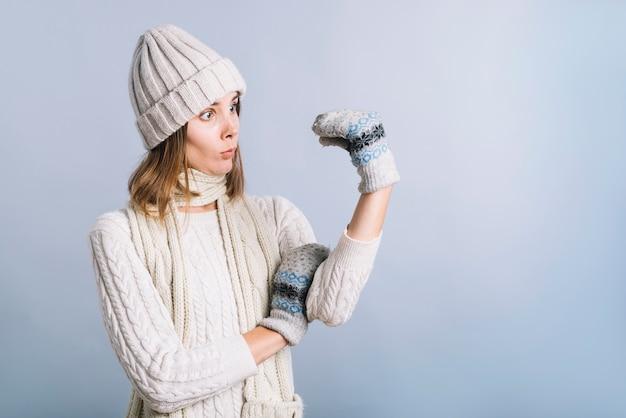 Frau in der weißen kleidung mit handschuhpuppe