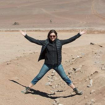 Frau in der wüste, nationales reserve los flamencos, san pedro de atacama, provinz el loa, antofagasta