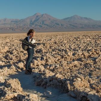 Frau in der wüste, salar de tara, los-flamenco-nationales reserve, san pedro de atacama, el loa provinc