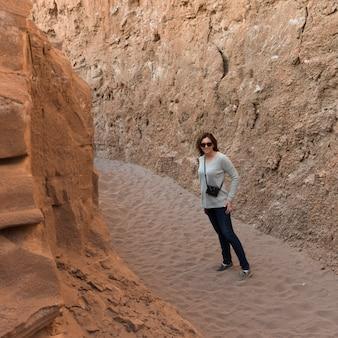 Frau in der wüste, valle de-la luna, san pedro de atacama, el loa-provinz, antofagasta-region, chile