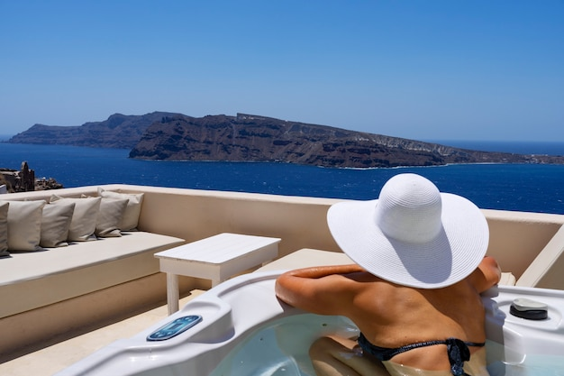 Frau in einem bad in oia, santorini, griechenland