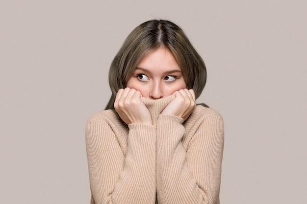 Frau in einem beigen pullover