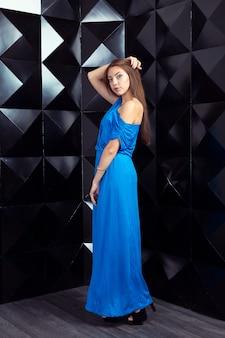 Frau in einem blauen eleganten kleid