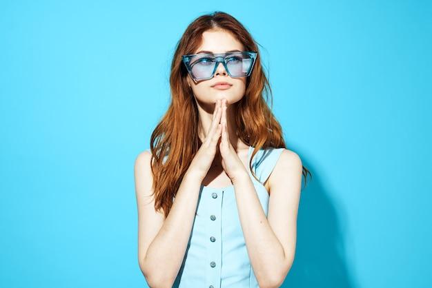 Frau in einem blauen kleid mit blauem hintergrund lebensstil