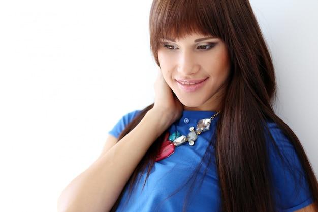 Frau in einem blauen t-shirt und in einer halskette
