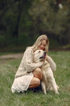 Frau in einem braunen pullover. dame mit einem labrador