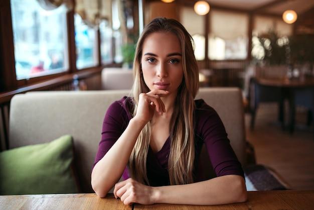 Frau in einem café oder restaurant