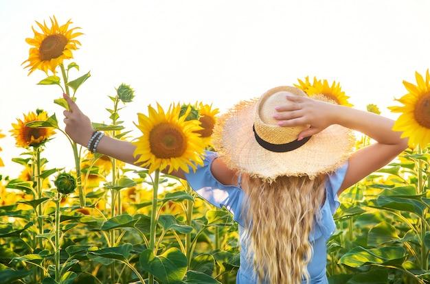 Frau in einem feld von sonnenblumen