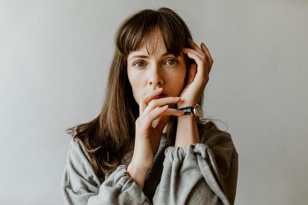 Frau in einem grauen langarmhemd