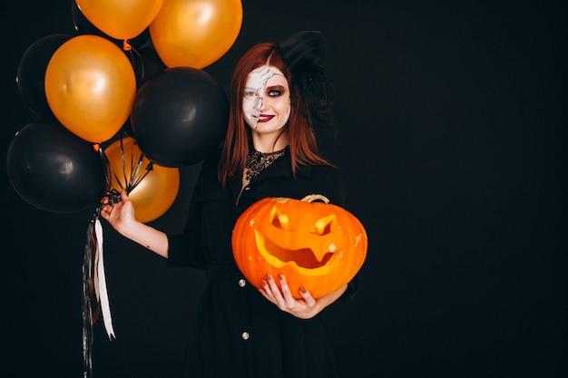 Frau in einem halloween-kostüm