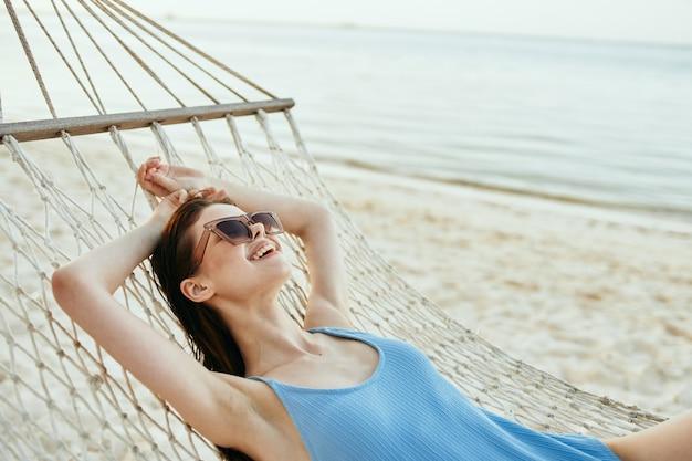 Frau in einem hammck entspannend