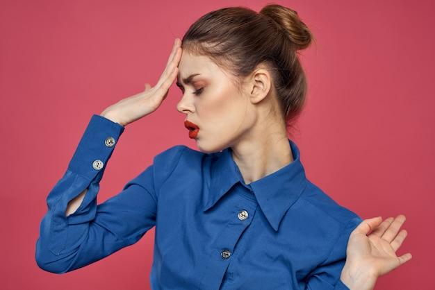 Frau in einem hellen blauen hemd, roter rock, der auf einem farbigen hintergrund, stilvolles geschäftsbild aufwirft
